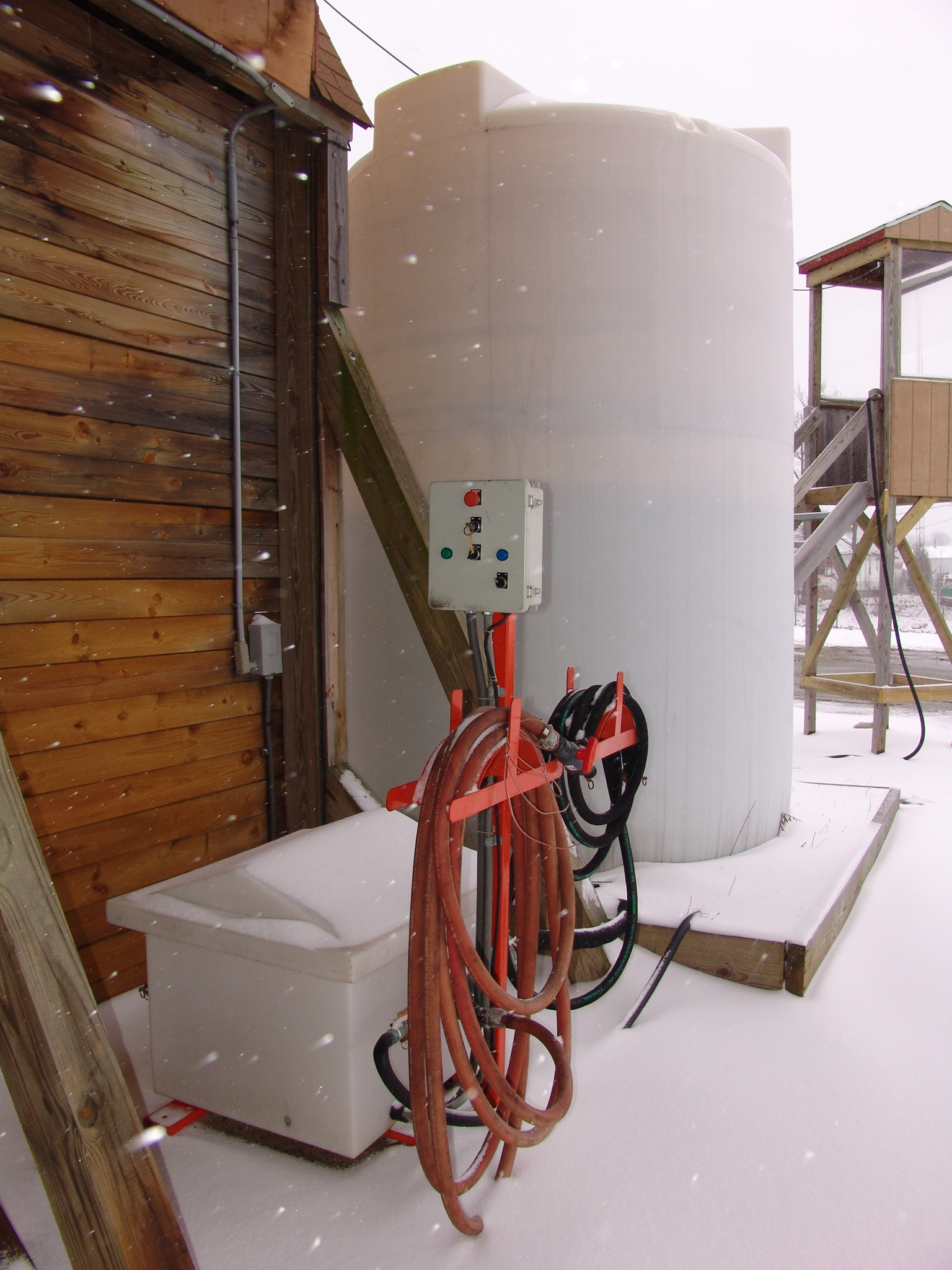 liquid mag storage tank and dispensing system for anti-icing and pre-wetting salt.